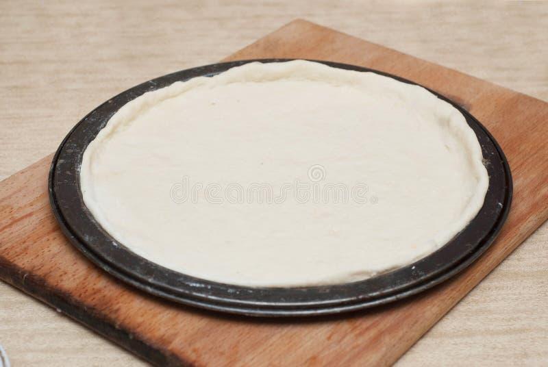 Le procédé de cuisson fait maison de pizza onWooden le conseil À l'arrière plan de la préparation Étape-par-étape de processus Pâ photo stock