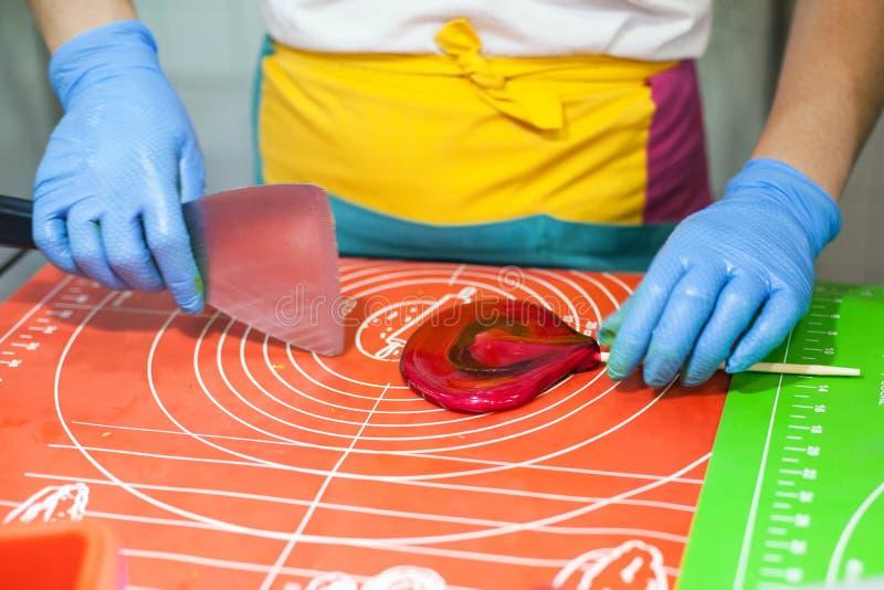 Le procédé de préparation de lucette, maître fait le caramel lucette de coeur photos libres de droits