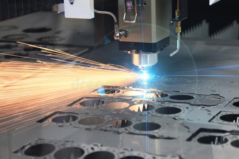 Le processus de coupe de feuille de salut-précision par la coupe de laser images libres de droits