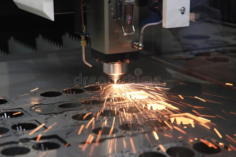 Le processus de coupe de feuille de salut-précision par la coupe de laser photo stock