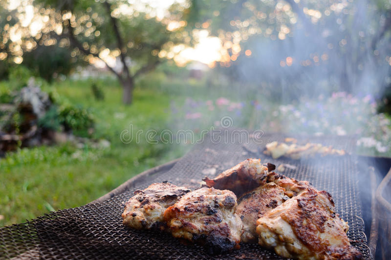 Le processus de faire cuire le poulet de barbecue sur le gril mangal photo stock