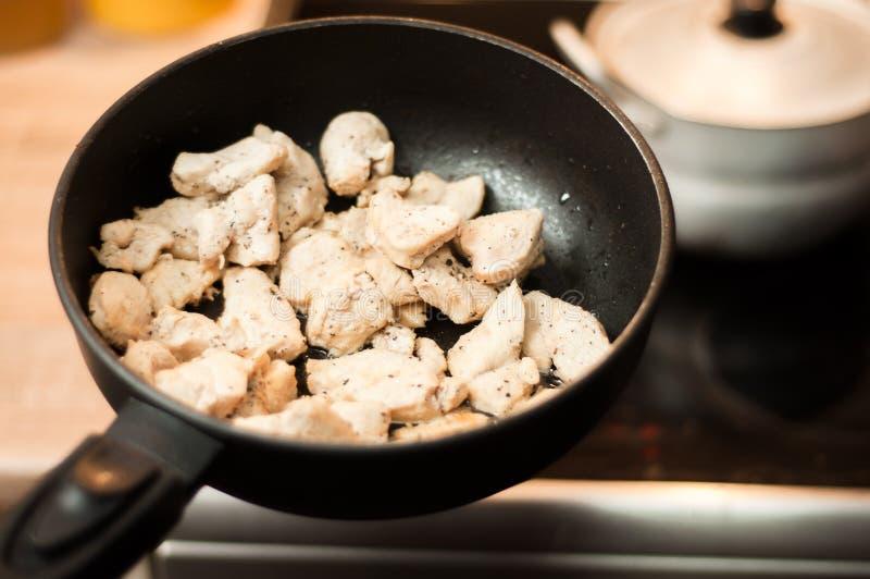 Le processus de faire cuire le régime de blanc de poulet pour un athlète dans une poêle en huile de tournesol Viande pour la récu images libres de droits