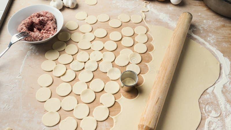 Le processus de faire des boulettes avec remplir photos libres de droits