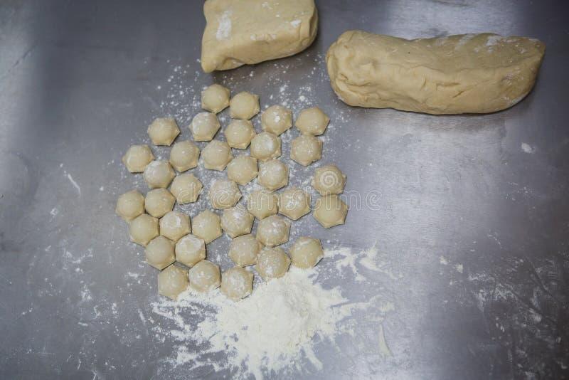 Le processus de faire des boulettes, plan rapproché de boulettes photo libre de droits