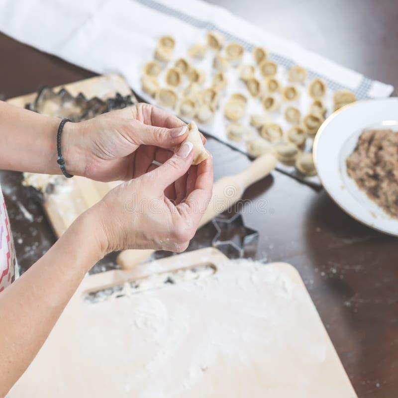 Le processus de faire les boulettes faites maison délicieuses Sur la table de cuisine étend un remplissage, des boulettes tout pr images stock