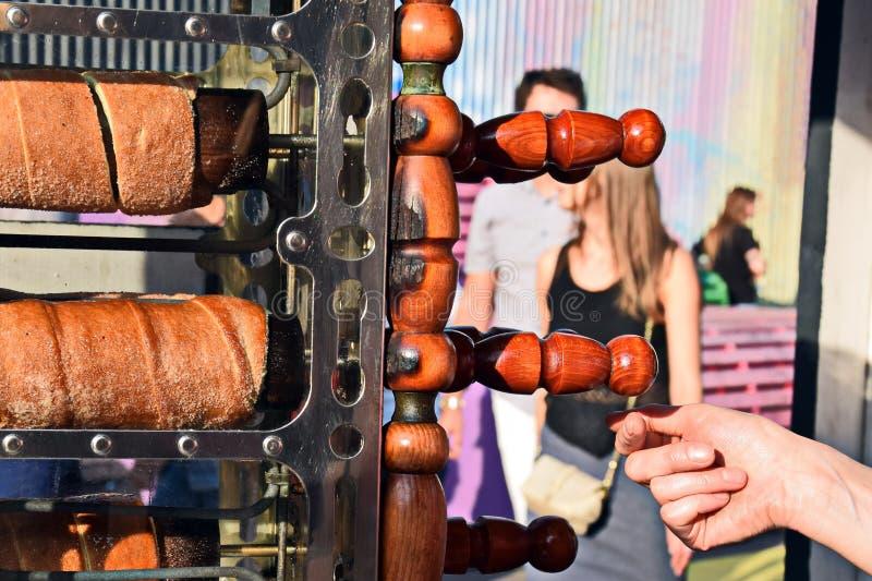 Le processus de faire le trdelnik cuire au four photos libres de droits