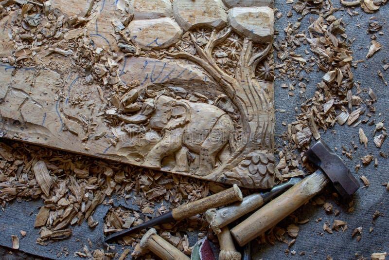 Le processus de l'art en bois de Main-découpage en bois de mur de teck fabriqué à la main de panneau de décor de mur découpé par  images libres de droits