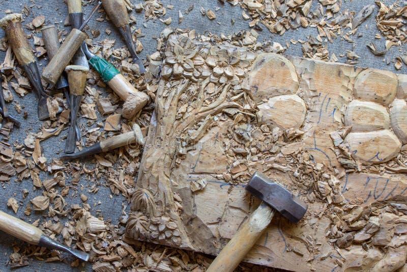Le processus de l'art en bois de Main-découpage en bois de mur de teck fabriqué à la main de panneau de décor de mur découpé par  image libre de droits