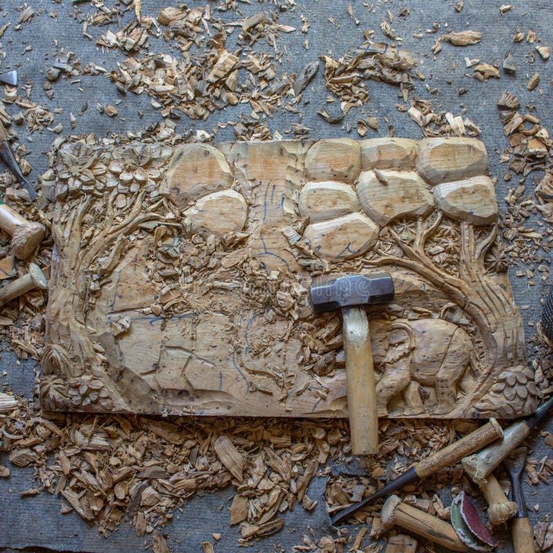 Le processus de l'art en bois de Main-découpage en bois de mur de teck fabriqué à la main de panneau de décor de mur découpé par  photo libre de droits
