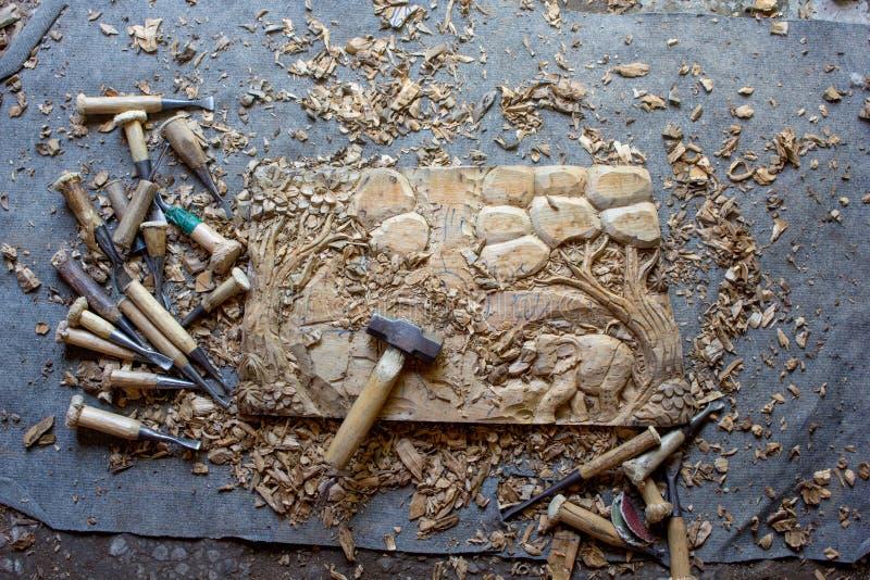 Le processus de l'art en bois de Main-découpage en bois de mur de teck fabriqué à la main de panneau de décor de mur découpé par  photos libres de droits