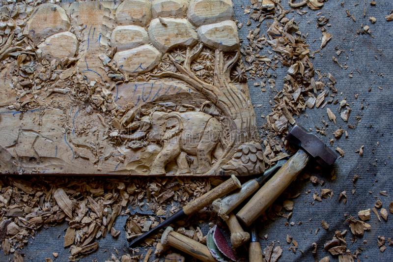 Le processus de l'art en bois de Main-découpage en bois de mur de teck fabriqué à la main de panneau de décor de mur découpé par  images stock
