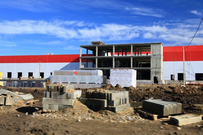 Le processus de la construction et lancement d'un grand centre de logistique, de son remplissage interne et de finissage images libres de droits