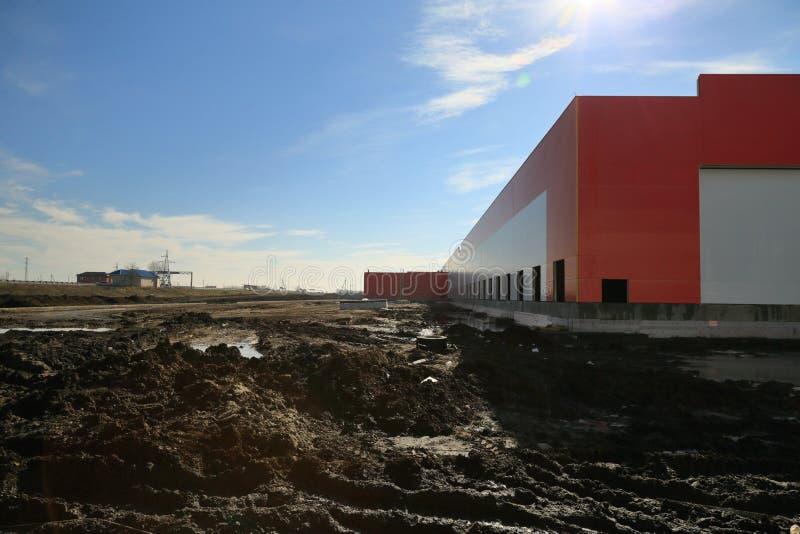 Le processus de la construction et lancement d'un grand centre de logistique, de son remplissage interne et de finissage images stock