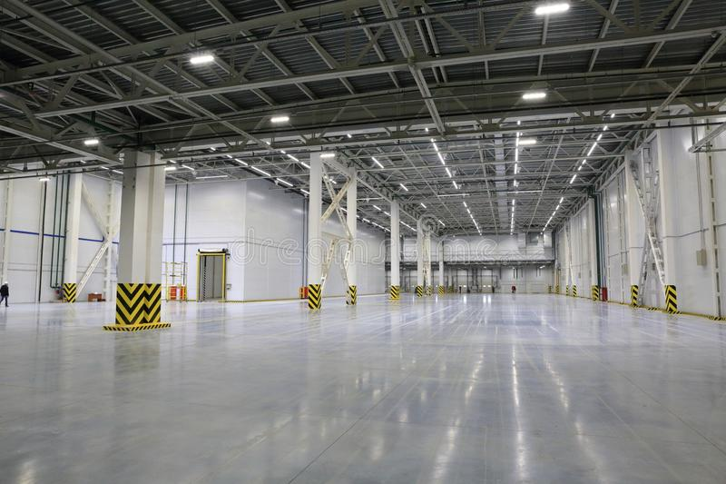 Le processus de la construction et lancement d'un grand centre de logistique, de son remplissage interne et de finissage photos libres de droits