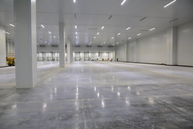 Le processus de la construction et lancement d'un grand centre de logistique, de son remplissage interne et de finissage image stock