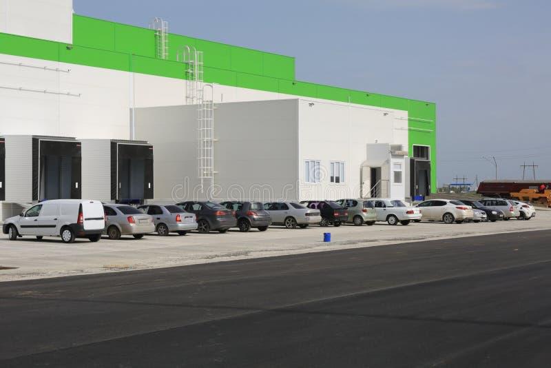 Le processus de la construction et lancement d'un grand centre de logistique, de son remplissage interne et de finissage photos stock