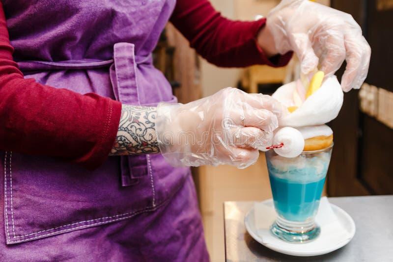 Le processus de préparer un milkshake photographie stock libre de droits