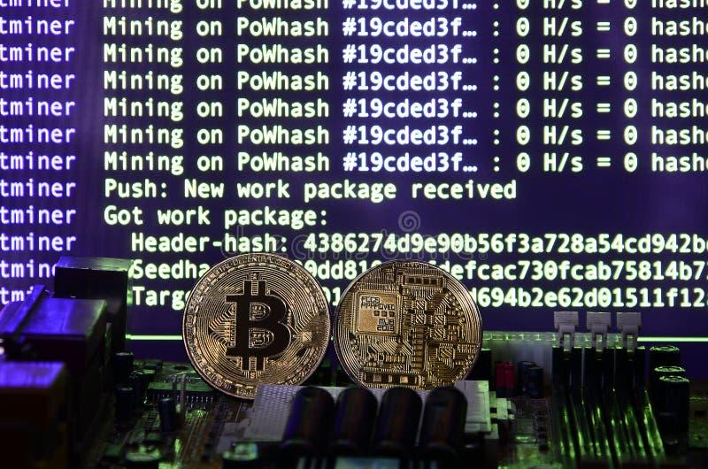 Le processus numérique de l'exploitation de cryptocurrency à l'aide du GPUs Bitcoins et carte vidéo sur un affichage fonctionnant photographie stock