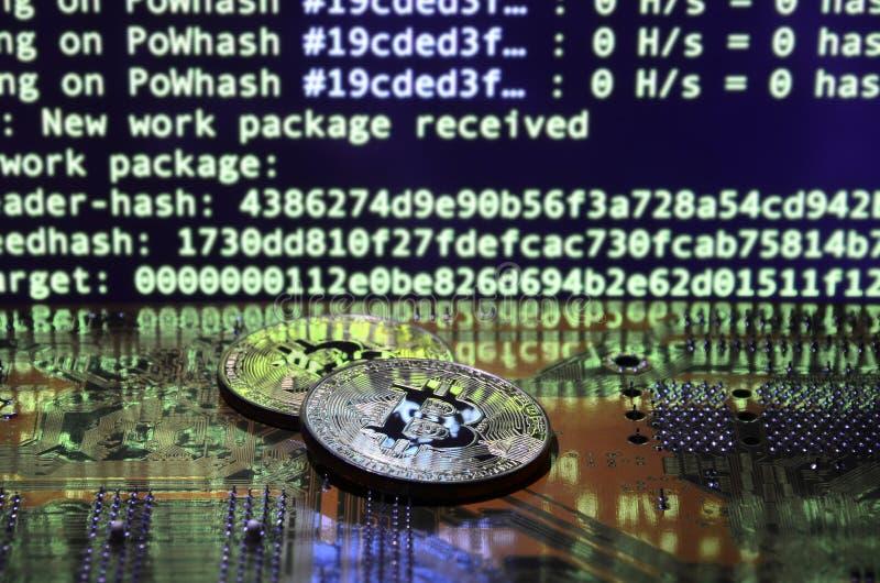 Le processus numérique de l'exploitation de cryptocurrency à l'aide du GPUs Bitcoins et carte vidéo sur un affichage fonctionnant illustration libre de droits