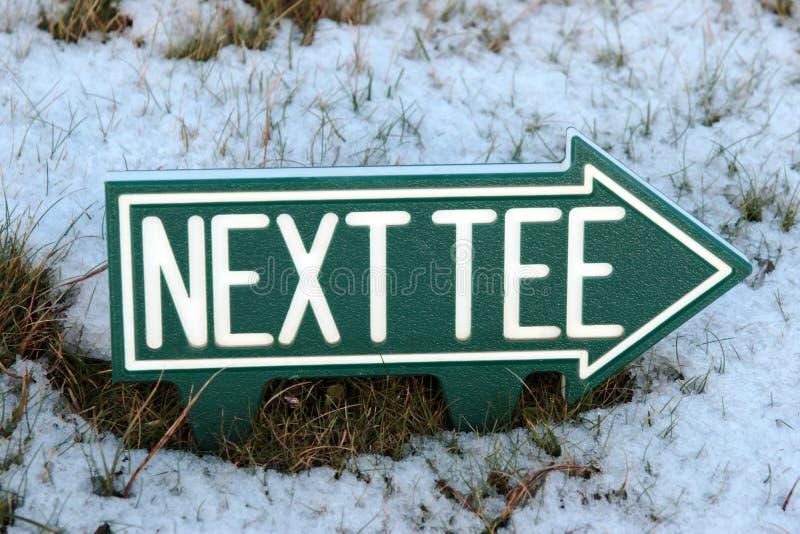 Le prochain té signent en la neige de l'hiver photographie stock