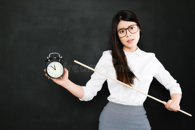 Le professeur asiatique est très fâché pour un étudiant qui toujours tard images stock
