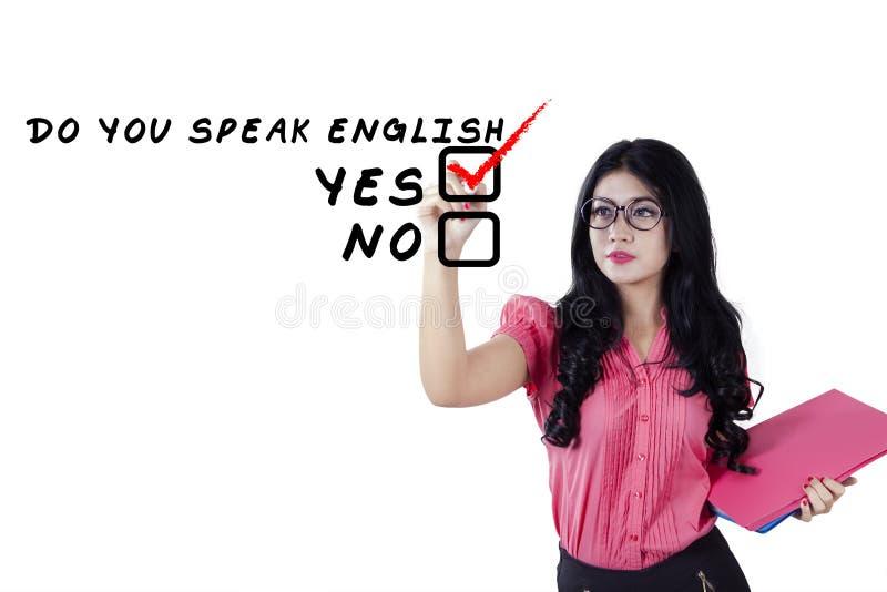 Le professeur d'Anglais écrit un texte sur le tableau blanc images stock