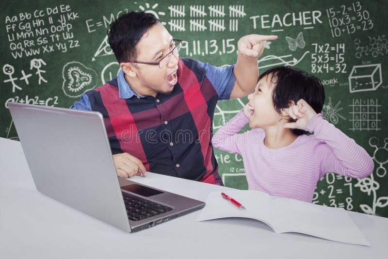 Le professeur donne l'ordre sur son étudiant pour faire la tâche photo libre de droits