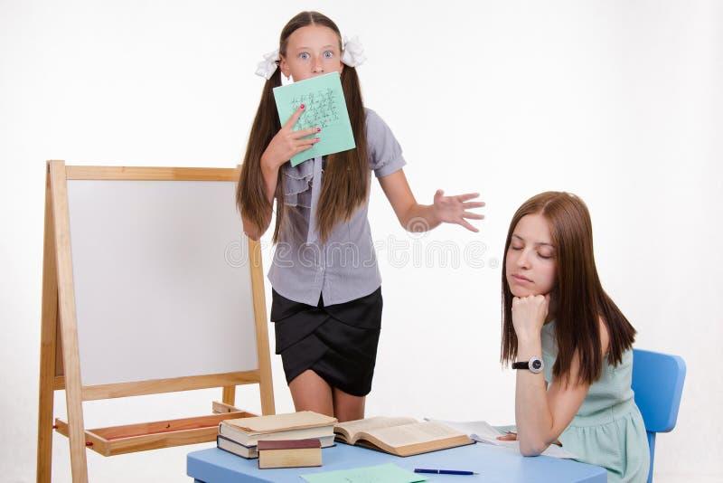 Le professeur est allé dormir pendant que l'étudiant rencontre le tableau noir images stock