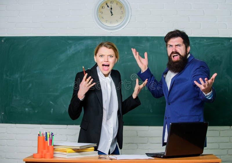 Le professeur et l'éducateur ont outragé des résultats d'examen d'essai Panneau d'examen Stage d'université Examen échoué d'essai photographie stock