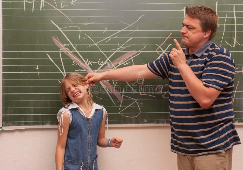 Le professeur fâché discipline une fille images libres de droits