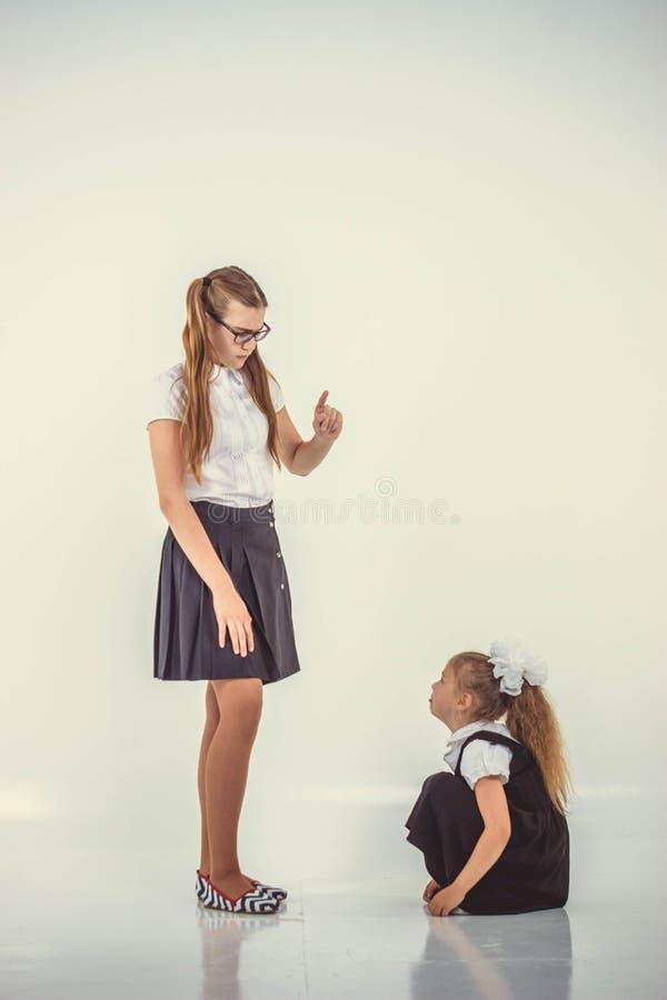 Le professeur gronde l'écolière images stock