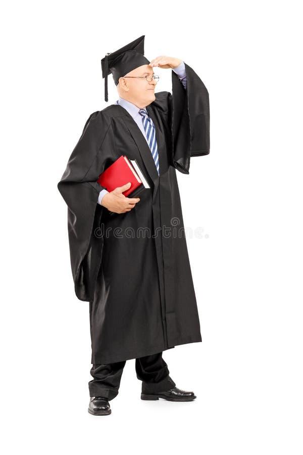Le professeur masculin d'université dans la robe regardant avec remettent des yeux photos libres de droits