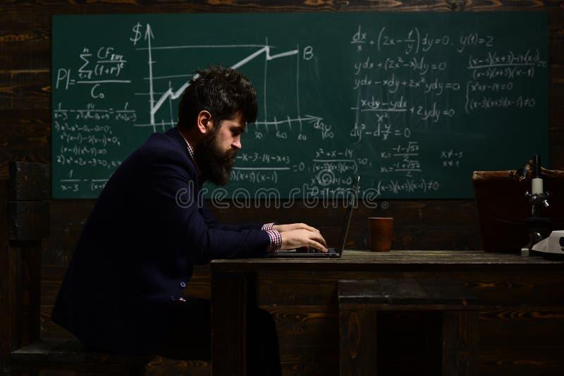 Le professeur respecte des étudiants Le tuteur ou le professeur doit être une personne énergique vous devez vou'adapter à chaque  image stock