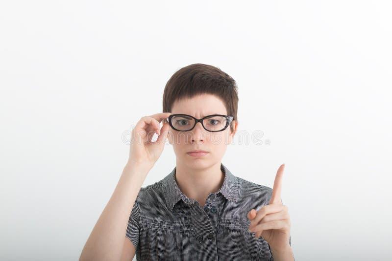 Le professeur strict drôle avec des verres secoue son doigt sur le fond blanc photos libres de droits