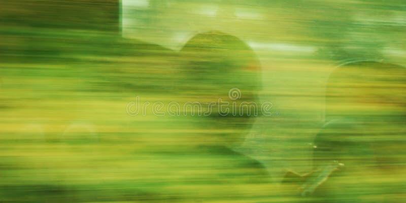 Le profil de l'homme Réflexion dans la fenêtre mobile de train images stock