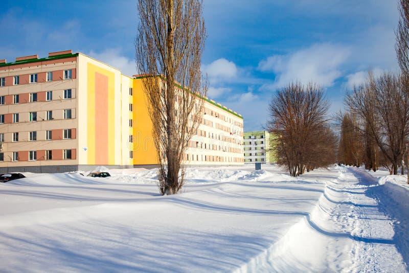 Le programme des réparations capitales en Russie Façade rénovée d'un immeuble Murs oranges, couleurs lumineuses de la façade photo libre de droits