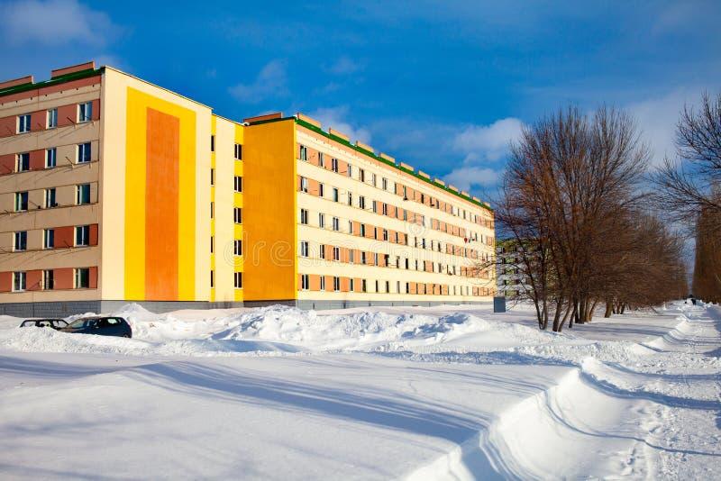 Le programme des réparations capitales en Russie Façade rénovée d'un immeuble Murs oranges, couleurs lumineuses de la façade images libres de droits