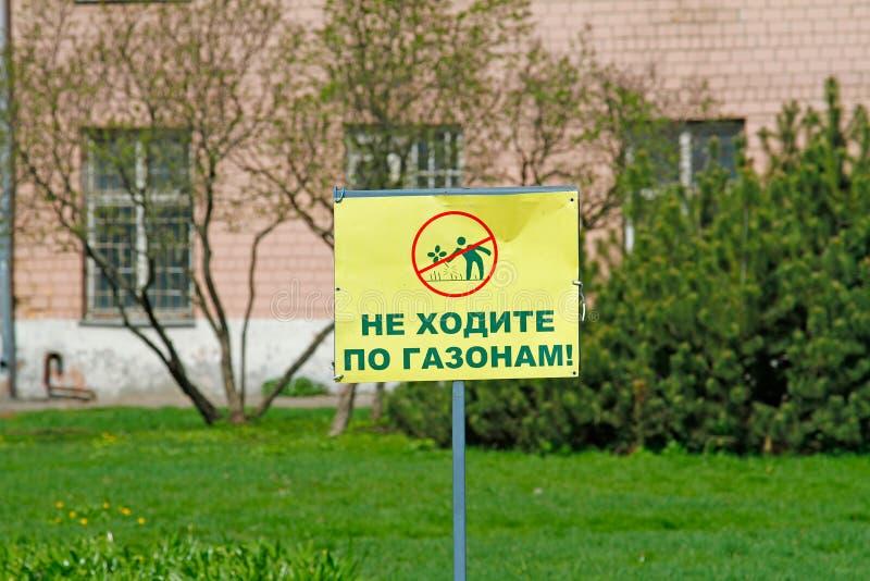 Le ` prohibitif de signe ne marchent pas sur le ` d'herbe images libres de droits