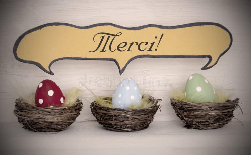 Le projecteur à trois oeufs de pâques colorés avec des moyens comiques de Merci de ballon de la parole vous remercient photographie stock libre de droits