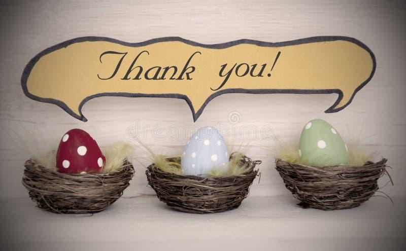 Le projecteur à trois oeufs de pâques colorés avec le ballon comique de la parole vous remercient image libre de droits