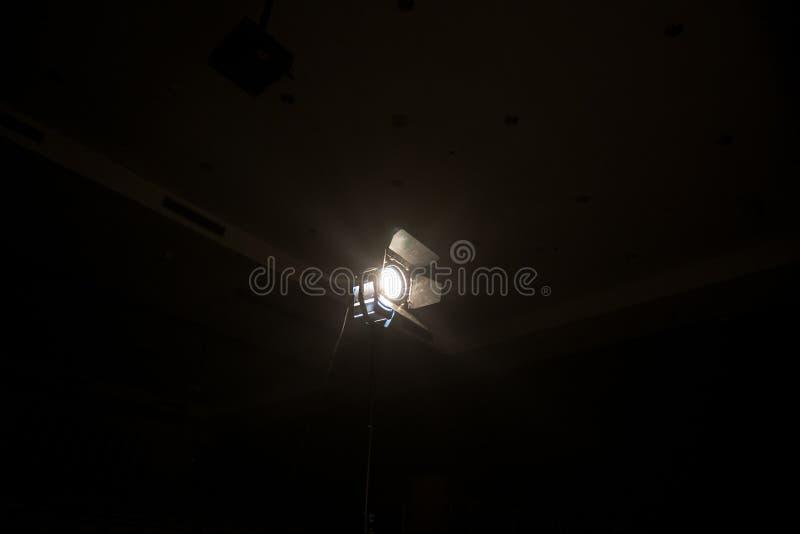Le projecteur de lampe texturisé par fumée pour le directeur font le cinéma et la vidéo photographie stock libre de droits