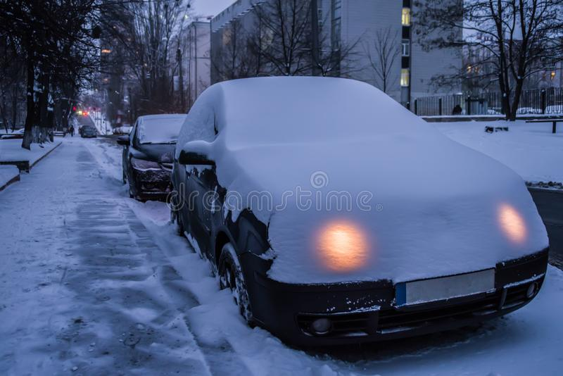 Le propriétaire de la voiture pendant l'hiver a oublié d'arrêter les lumières photo stock