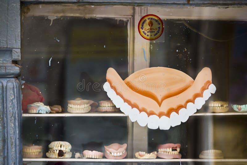 Le protesi dentarie immagazzinano nel Nepal fotografia stock