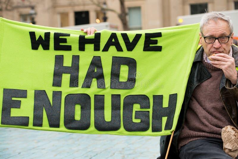 Le protestataire avec l'affiche chez la Grande-Bretagne est cassé/élection général démonstration maintenant photo stock