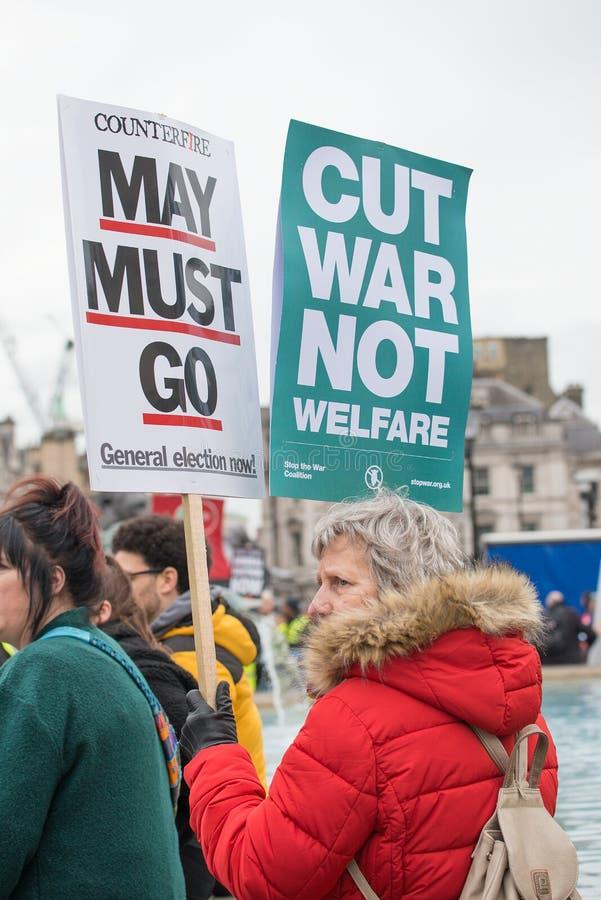 Le protestataire avec l'affiche chez la Grande-Bretagne est cassé/élection général demonstratio maintenant à Londres images stock