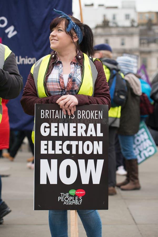 Le protestataire avec l'affiche chez la Grande-Bretagne est cassé/élection général demonstratio maintenant à Londres photo stock