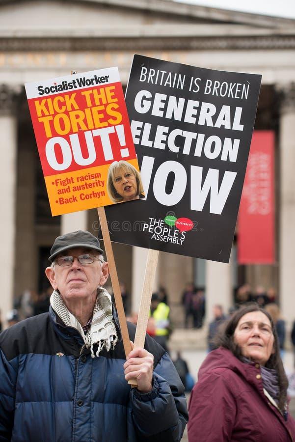 Le protestataire avec l'affiche chez la Grande-Bretagne est cassé/élection général demonstratio maintenant à Londres photos stock