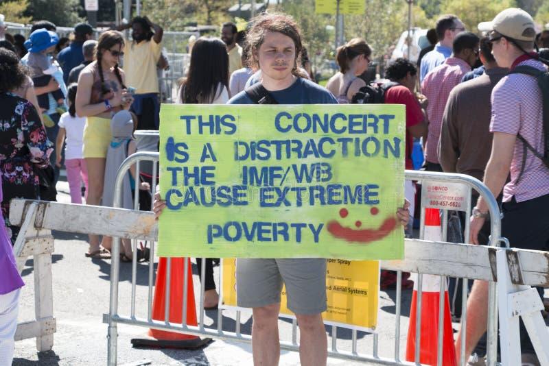 Le protestataire de concert de Washington DC se tient devant une barricade en métal à un concert gratuit images libres de droits