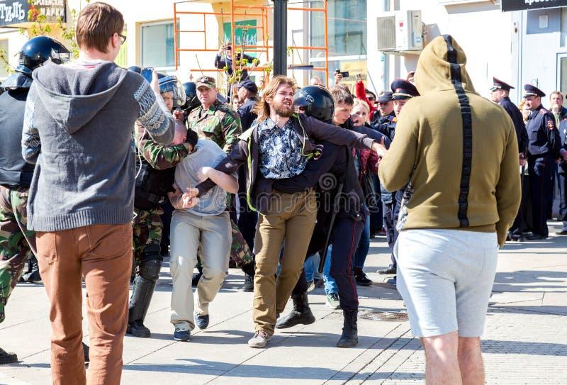 Le protestataire est arrêté par la police au rassemblement d'opposition photos stock