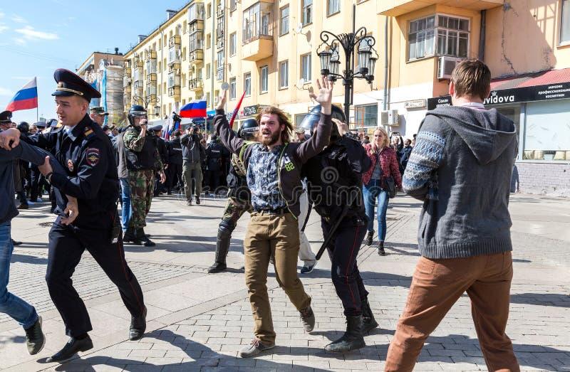 Le protestataire est arrêté par la police au rassemblement d'opposition photo libre de droits